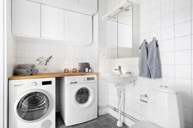 Helkaklat duschrum med tvättavdelning