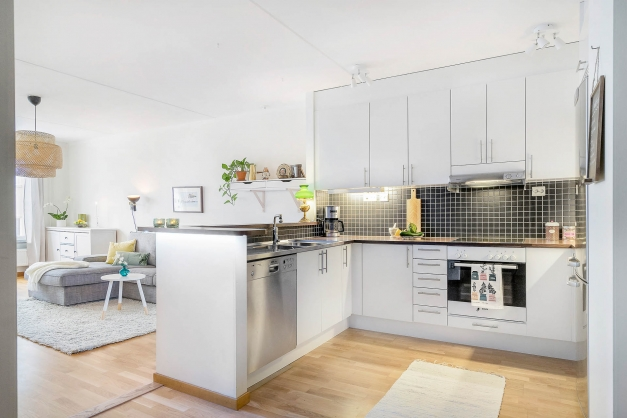 Kök med bardel mot vardagsrum