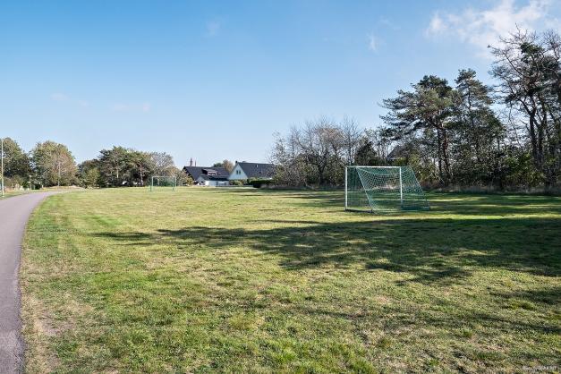 Grönområde intill med fotbollsmål