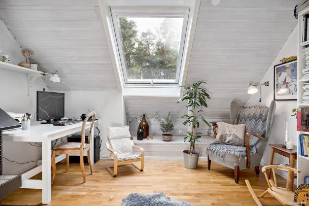 Allrummet har takfönster för ljusinsläpp och bättre rymd