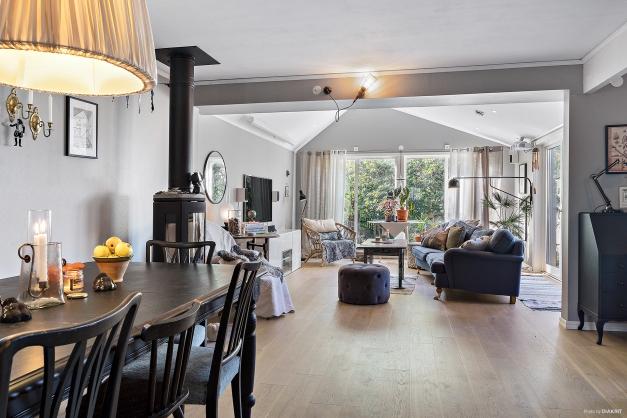Tillbyggd villa med bästa hörnläge på populära Karlberg