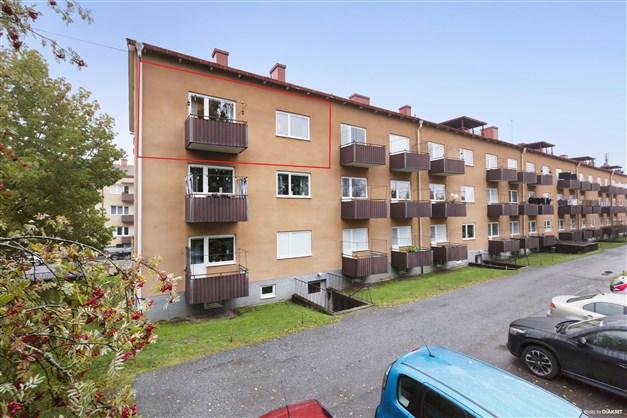 Högst upp i huset med balkong i soligt söderläge!