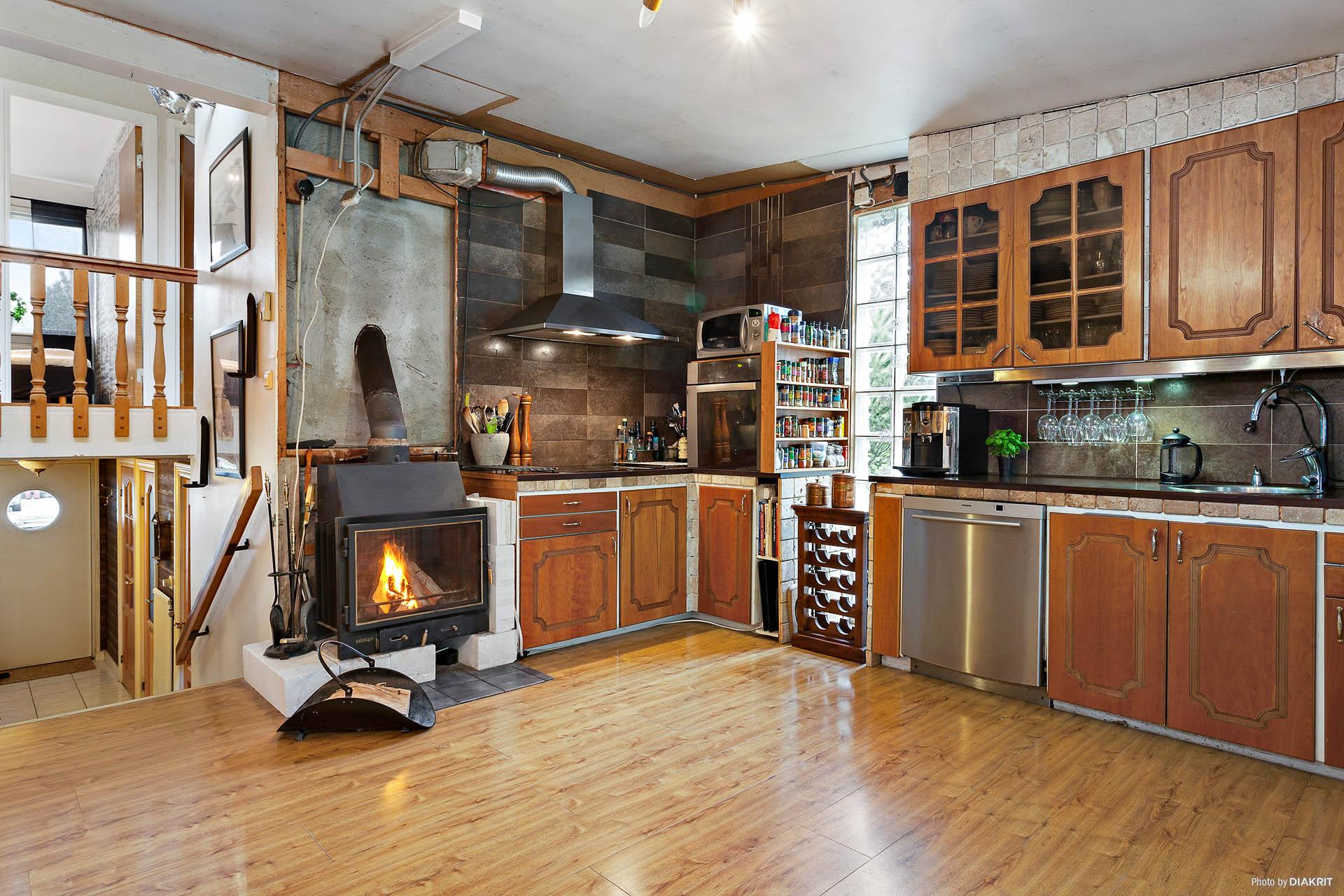 Värmande braskamin i köket.