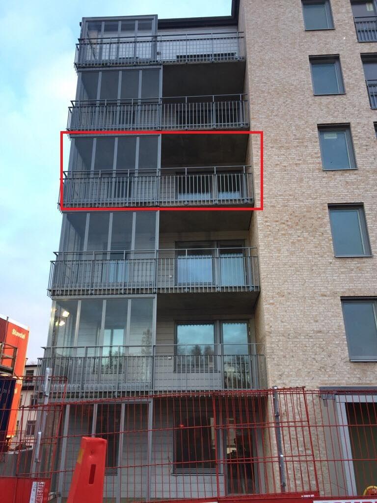 Den delvis inglasade balkongen som vetter mot innergården.