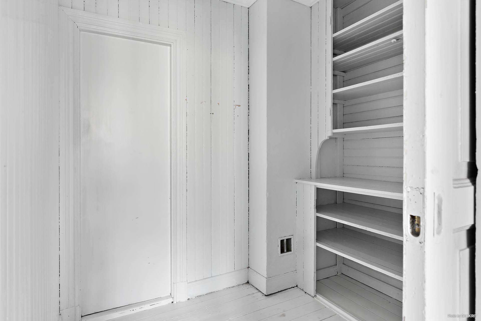 Walk-in-closet intill master bedroom