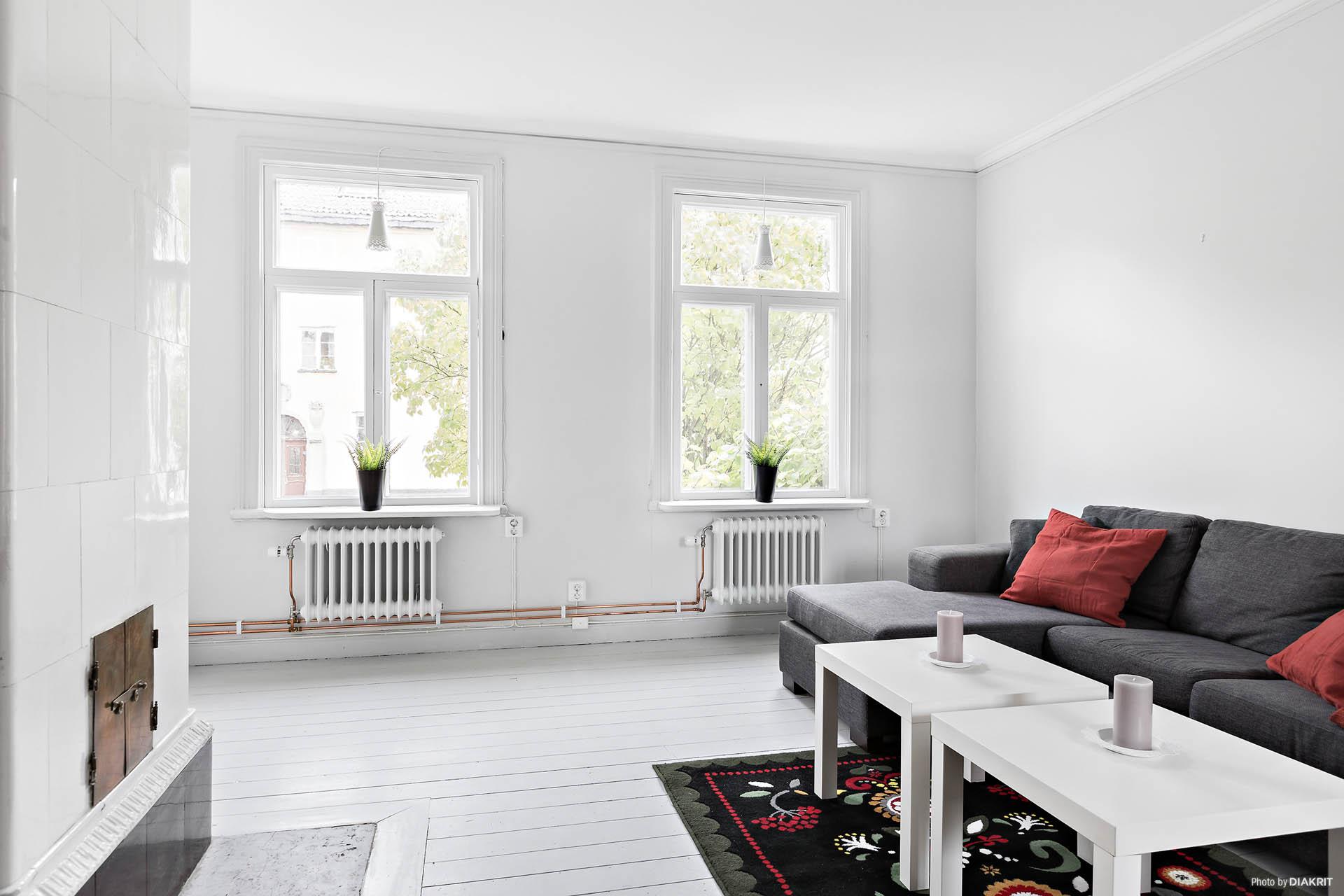 Vardagsrum med härliga fönster