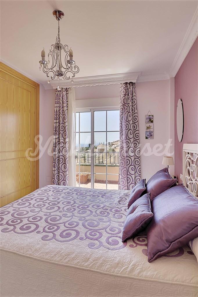 Från sovrum 1 har man utgång till en solig terrass