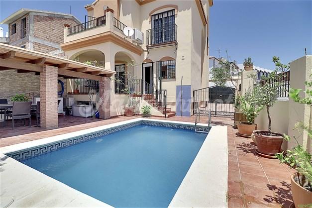Trevligt poolområde med terrass intill