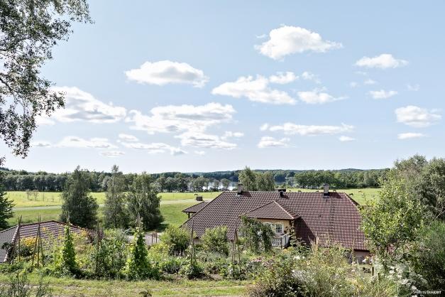 Härlig utsikt från växthuset på höjden av tomten