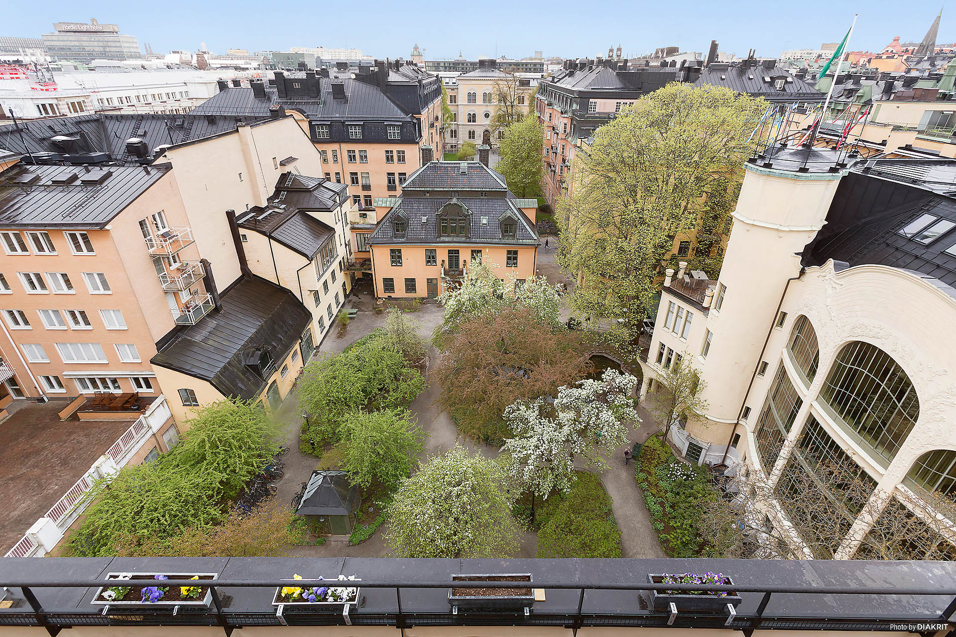 Föreningens lummiga innergård med utsikt mot Centalbadet