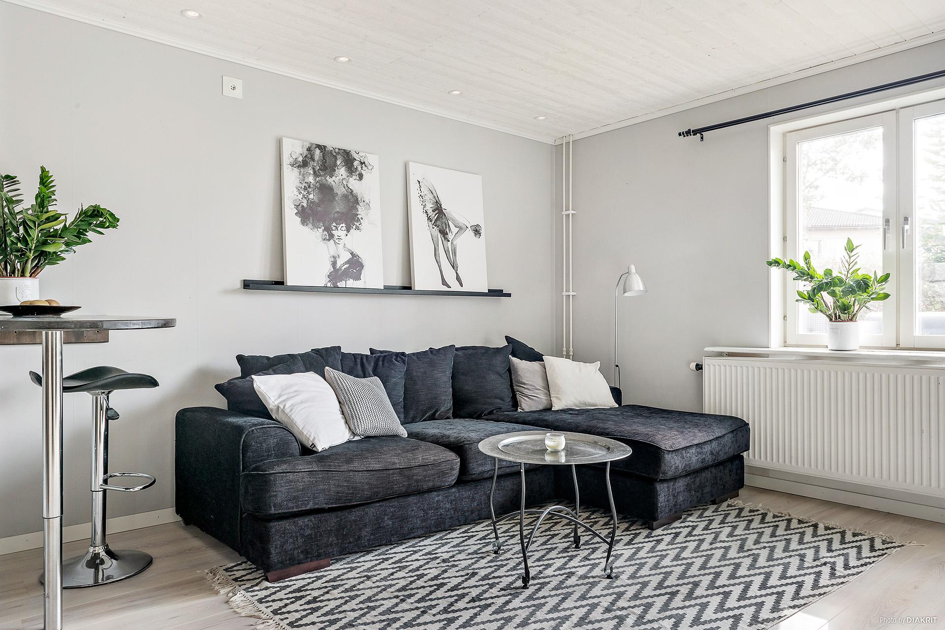 Vardagsrumsdelen rymmer både soffa och matplats