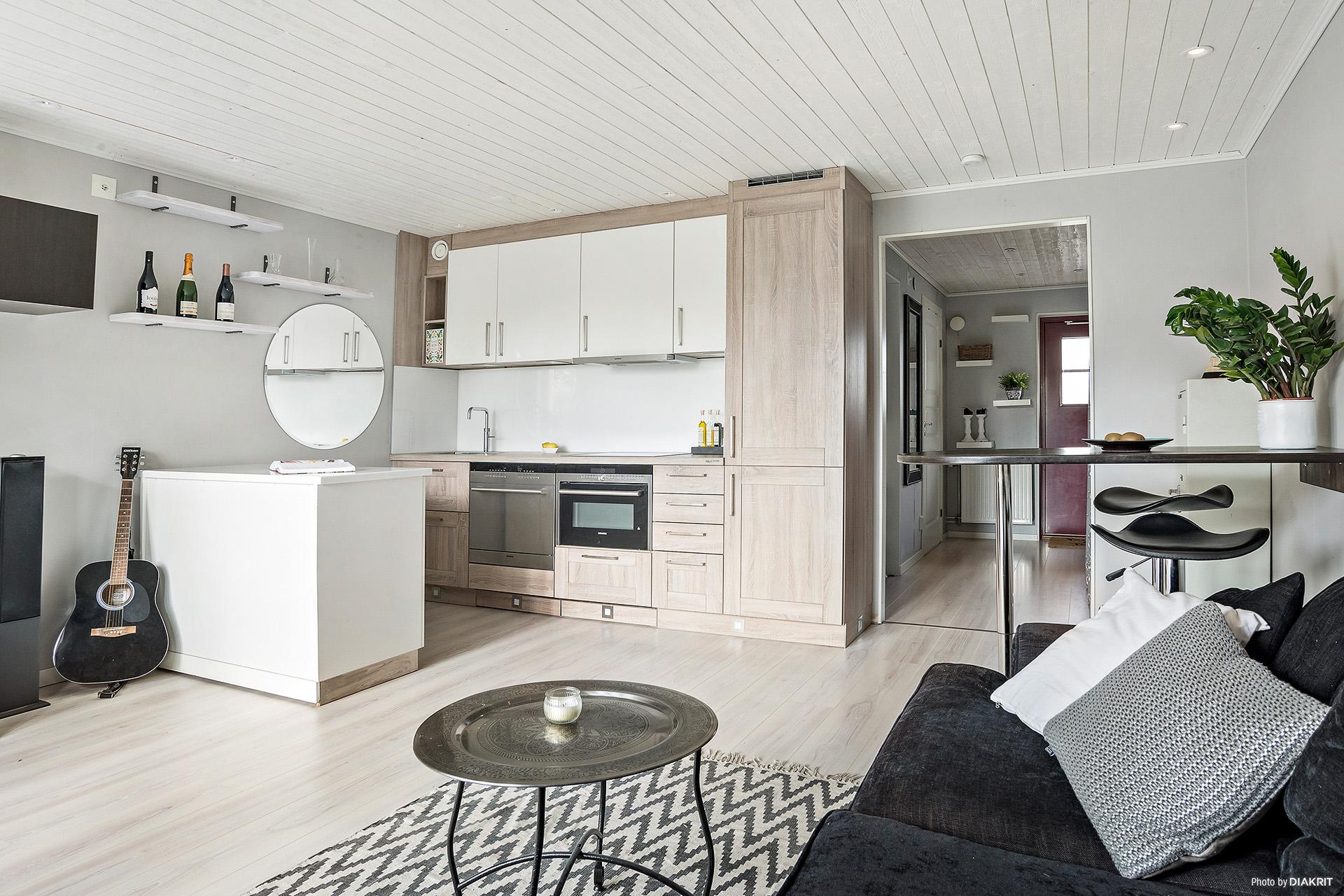 Härlig öppen lösning mellan vardagsrum och kök
