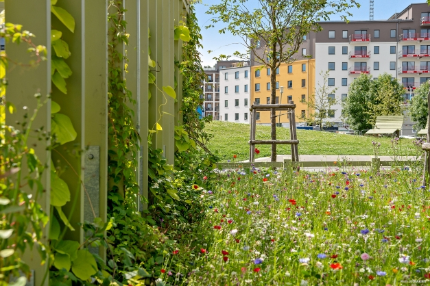 Fastigheten är belägen i ett trevligt bostadsområde med närhet till fina naturområden, shopping och Ruddalens Sportcentrum.