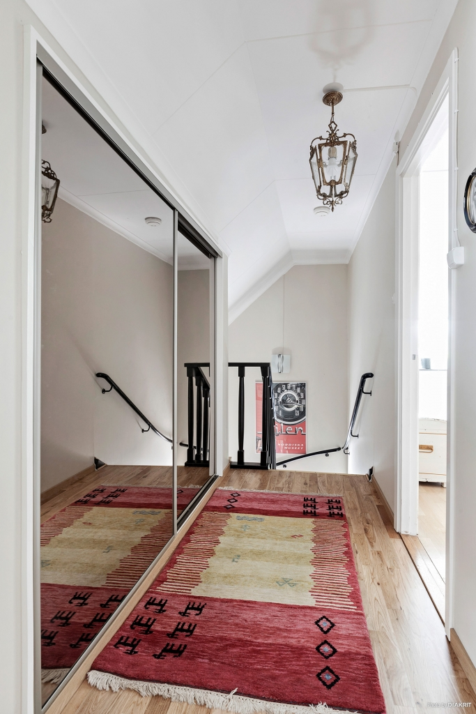 Hall i ovanplan med spegelgarderober
