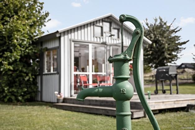 Detaljbild vattenpump i trädgården