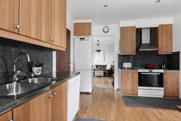 Köket har ett större skafferi samt städskåp