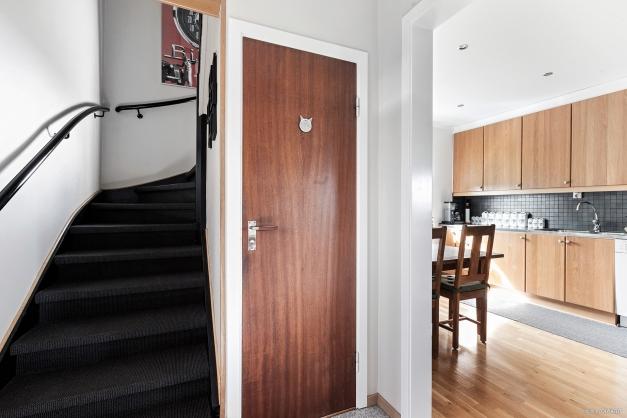 Entréhall med toalett samt trappa upp till ovanplan