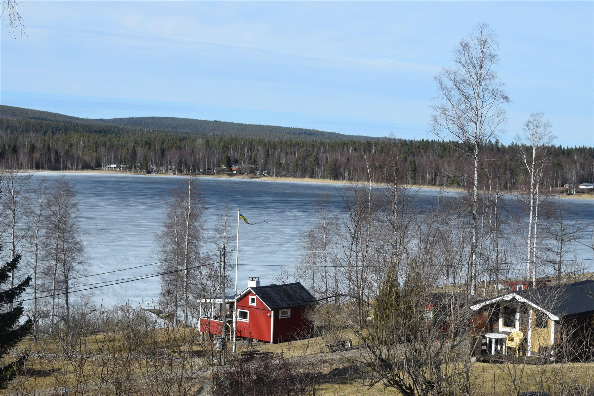 Fin utsikt över sjön.