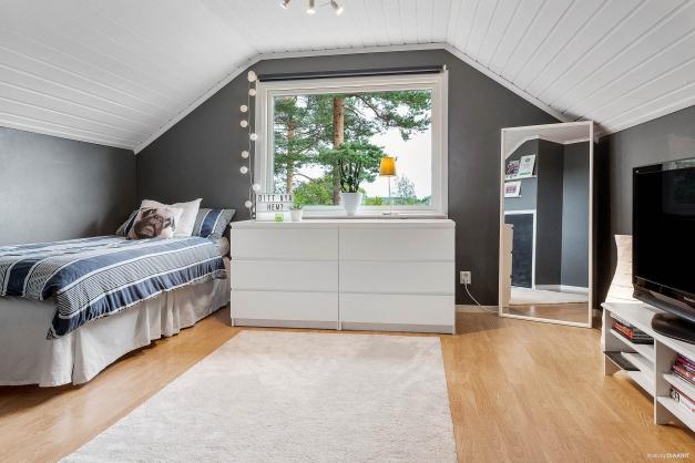 Mysigt sovrum på ovanvåning med fint ljusinsläpp
