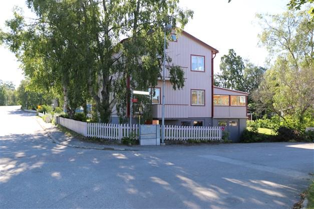 Huset ligger i korsningen Gärdesvägen och Volontärvägen