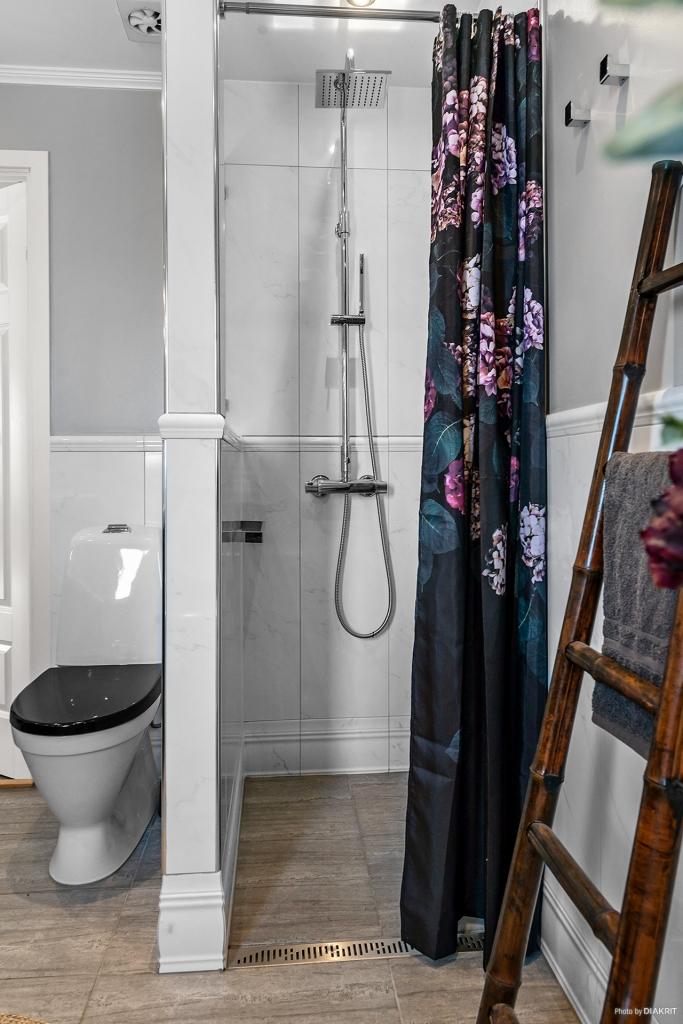 Badrum med både badkar och dusch.