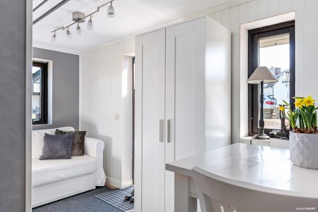 Groventré samt plats för soffa och matgrupp i lägenheten.
