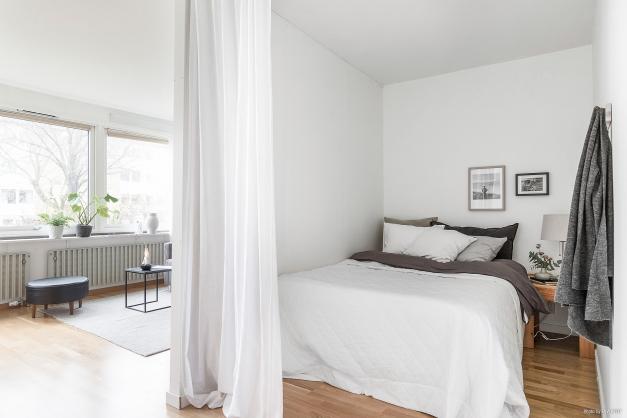 Vardagsrummet är avdelat för att skapa ett sovrum