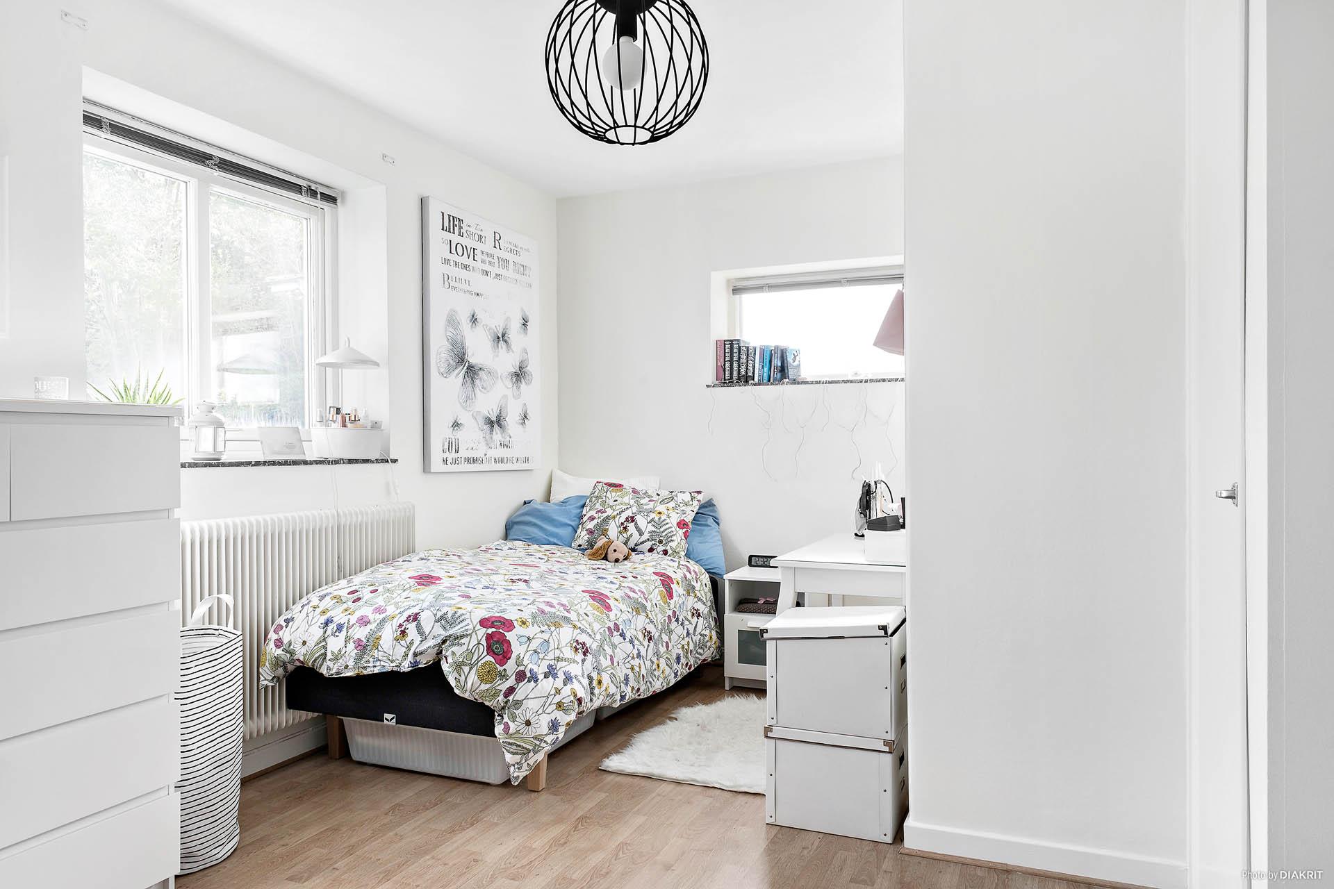 Rum 2 har plats för säng, skrivbord och