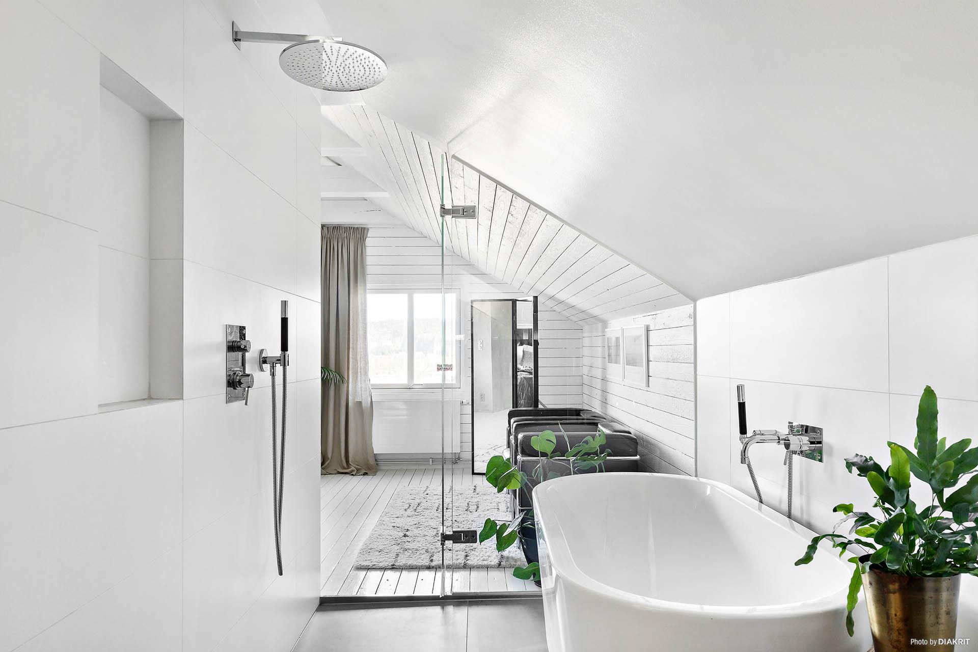 Glasvägg ut mot sovrummet på övre plan