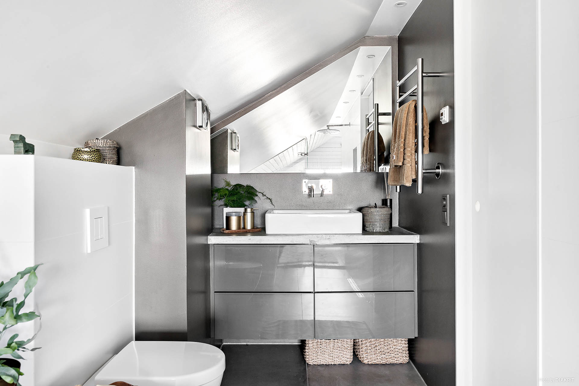 och privat lyxigt badrum med både badkar och dusch