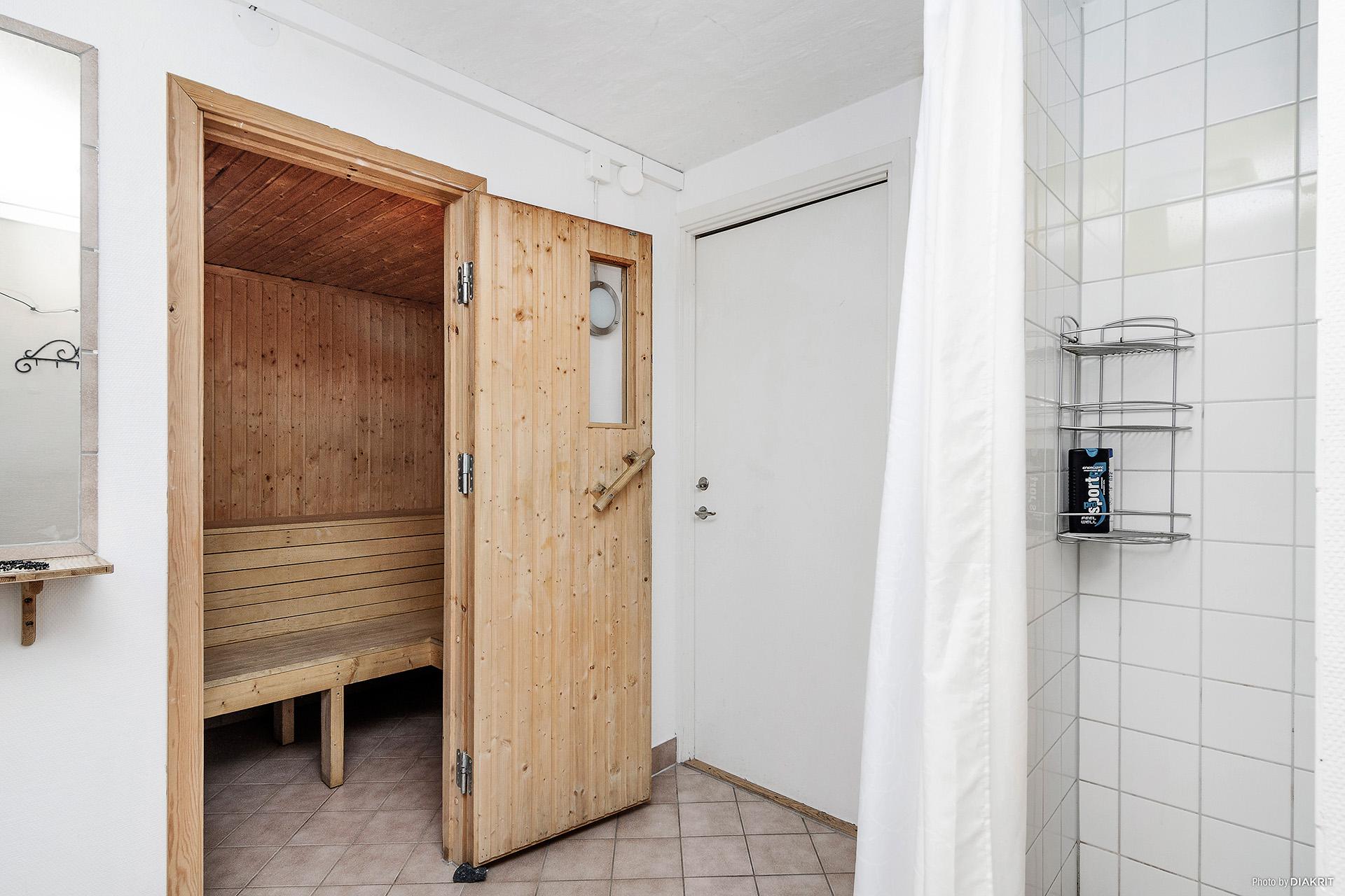 Gemensam dusch/bastu i källaren.