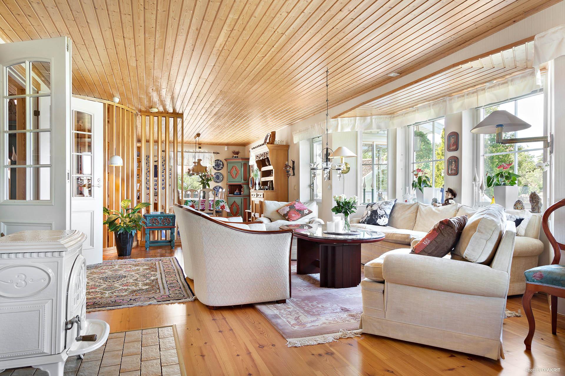 Vardagsrum med öppen planlösning.
