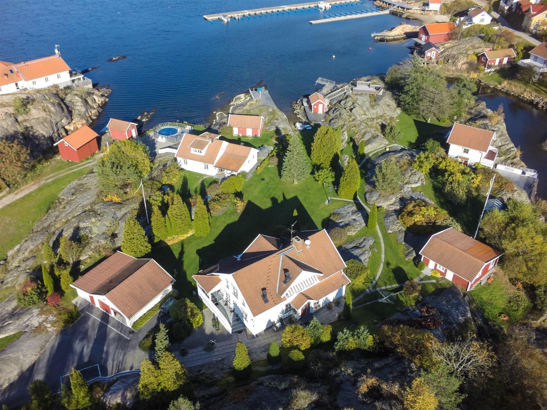 Flygbild, i Fastigheten ingår den stora villan, garaget, gäststugorna till höger, sjöbod till höger på bilden samt tillhörande mark.