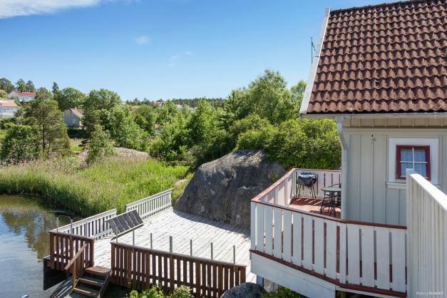Gästhus.I den östra delen av tomten går havet in i en muddrad vik. Här intill ligger gästhuset som har en terrass och en brygga.