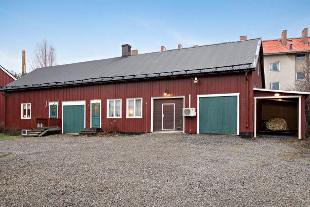 Fristående byggnad med 3 st garage, carport, förråd och 2 st lgh:er med uthyrningsmöjlighet