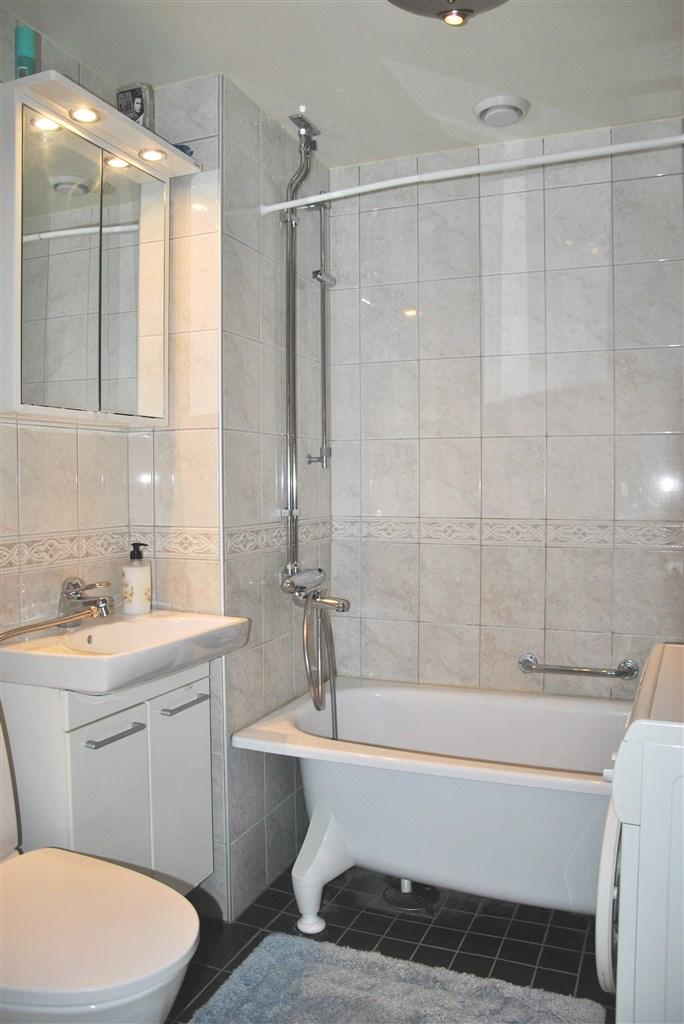 Helkaklat badrum (totalrenoverat 2001 i samband med stamrenovering)
