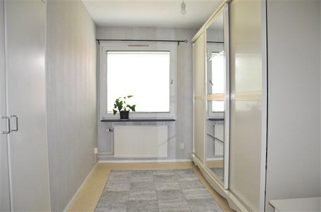Sovrum 1 (närmast entrén) med två platsbyggda garderober med överskåp. Just nu mer som ett dressingroom (stora garderobsmöbeln medföljer ej)