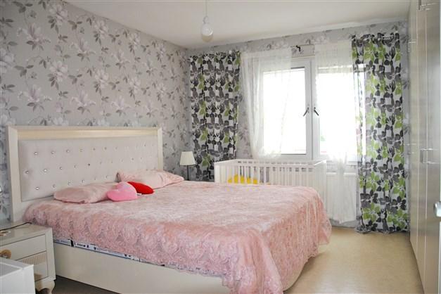 Sovrum 2 med fyra platsbyggda garderober med överskåp.