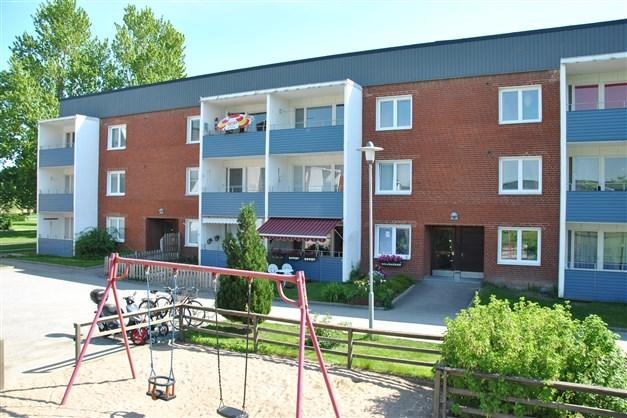 Fasbild med balkongen i  bra läge - väster/sydvästläge mot innergården