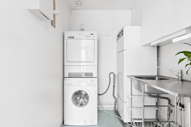 I praktisk anslutning till köket har du tvättstugan. Här finns både tvättmaskin och torktumlare.