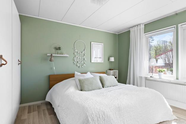 Rogivande och fint renoverad sovrum med fyra garderober som ger bra med förvaring.