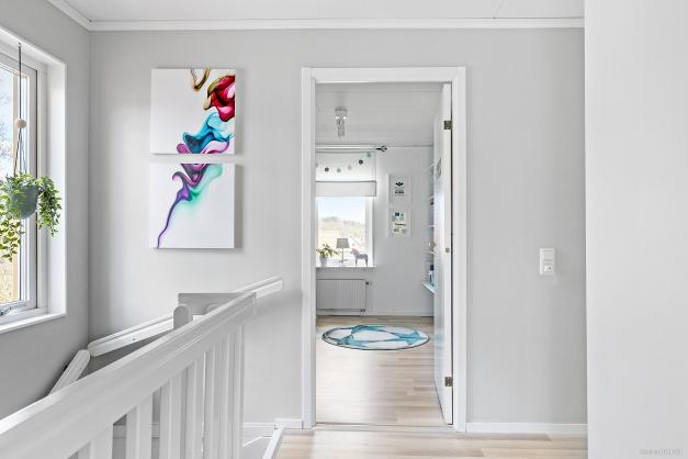 En trappa upp har du hallen som leder dig till alla rummen på övre plan. Från hallen når man även klädkammaren samt vinden.