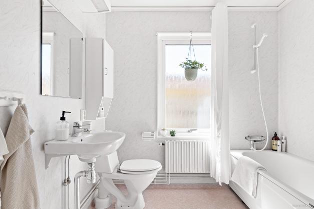 Precis intill har man badrummet på övre plan.