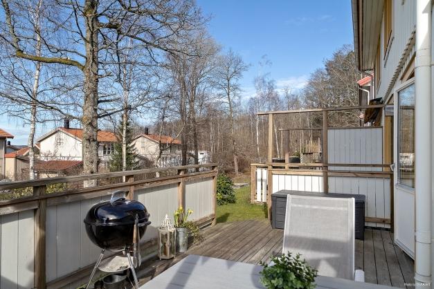 Från vardagsrummet når man den fantastiska uteplatsen och trädgården.