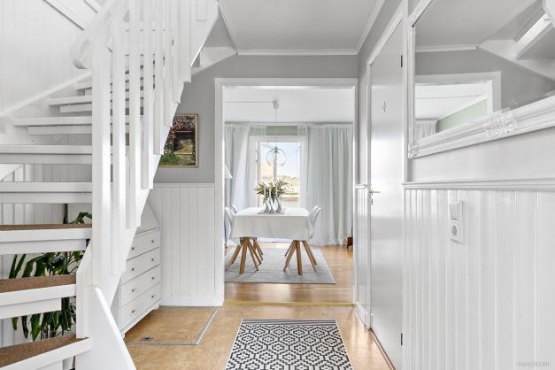 Vidare på entréplan har du vardagsrum samt badrum.