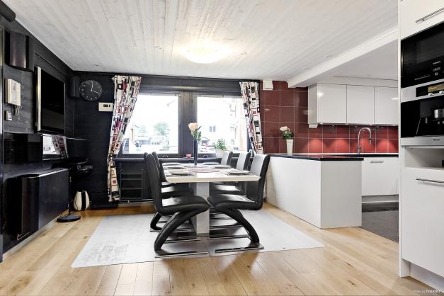 Matrum i öppen planlösning med kök och vardagsrum