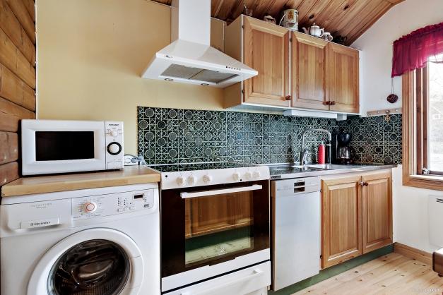 Funktionellt kök med tvättmaskin