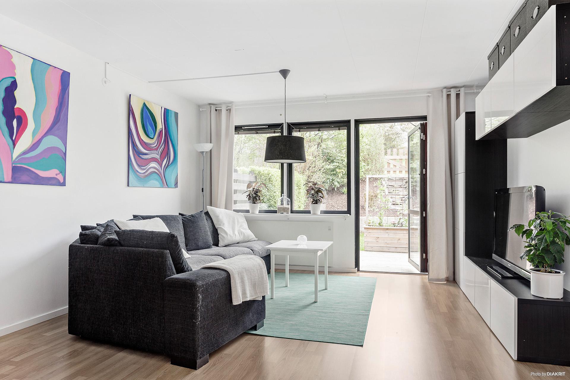 Ljust och luftigt vardagsrum med utgång till altanen