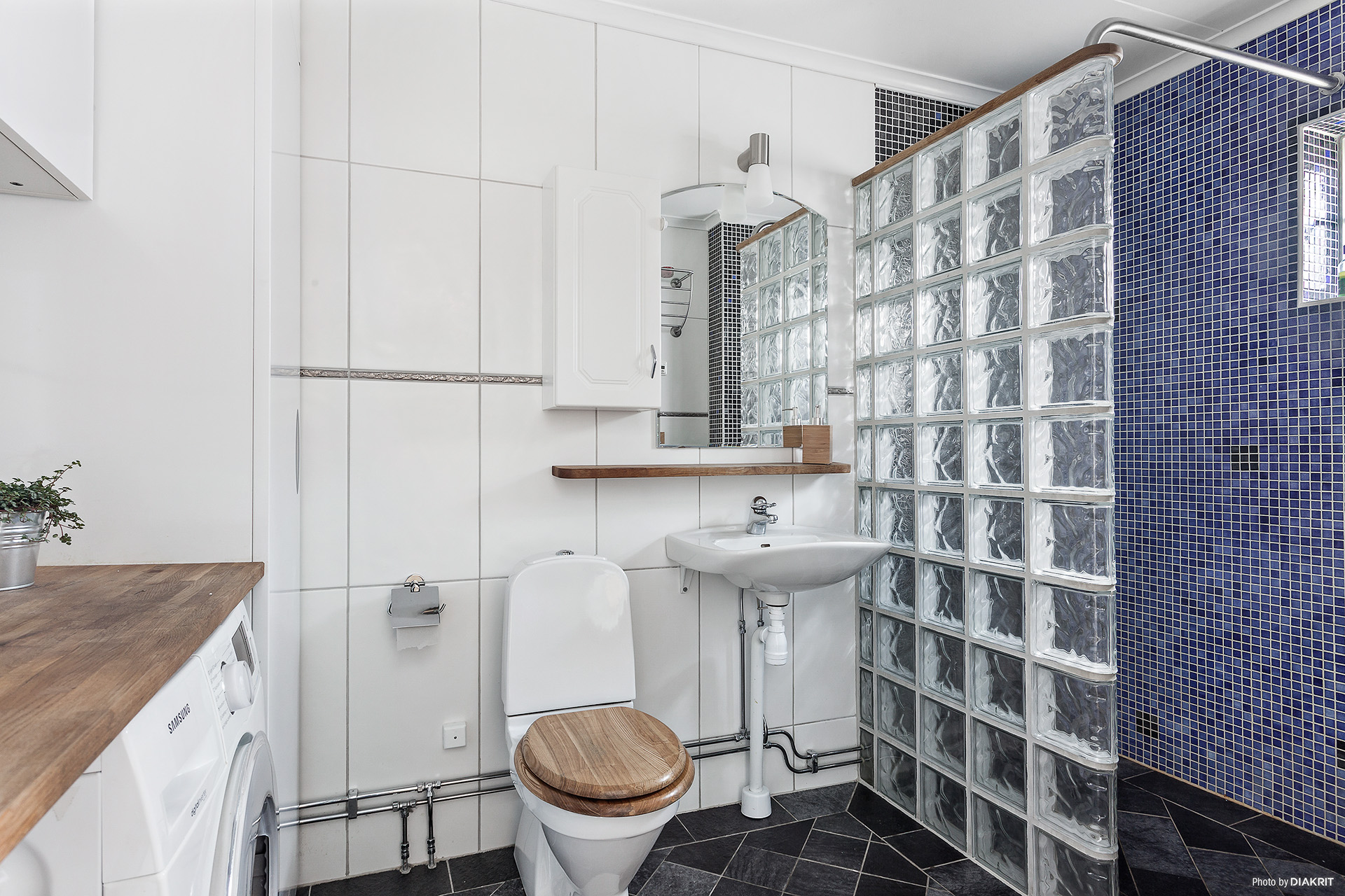 Helkaklat badrum med utrymme för pannan och tvättavdelningen