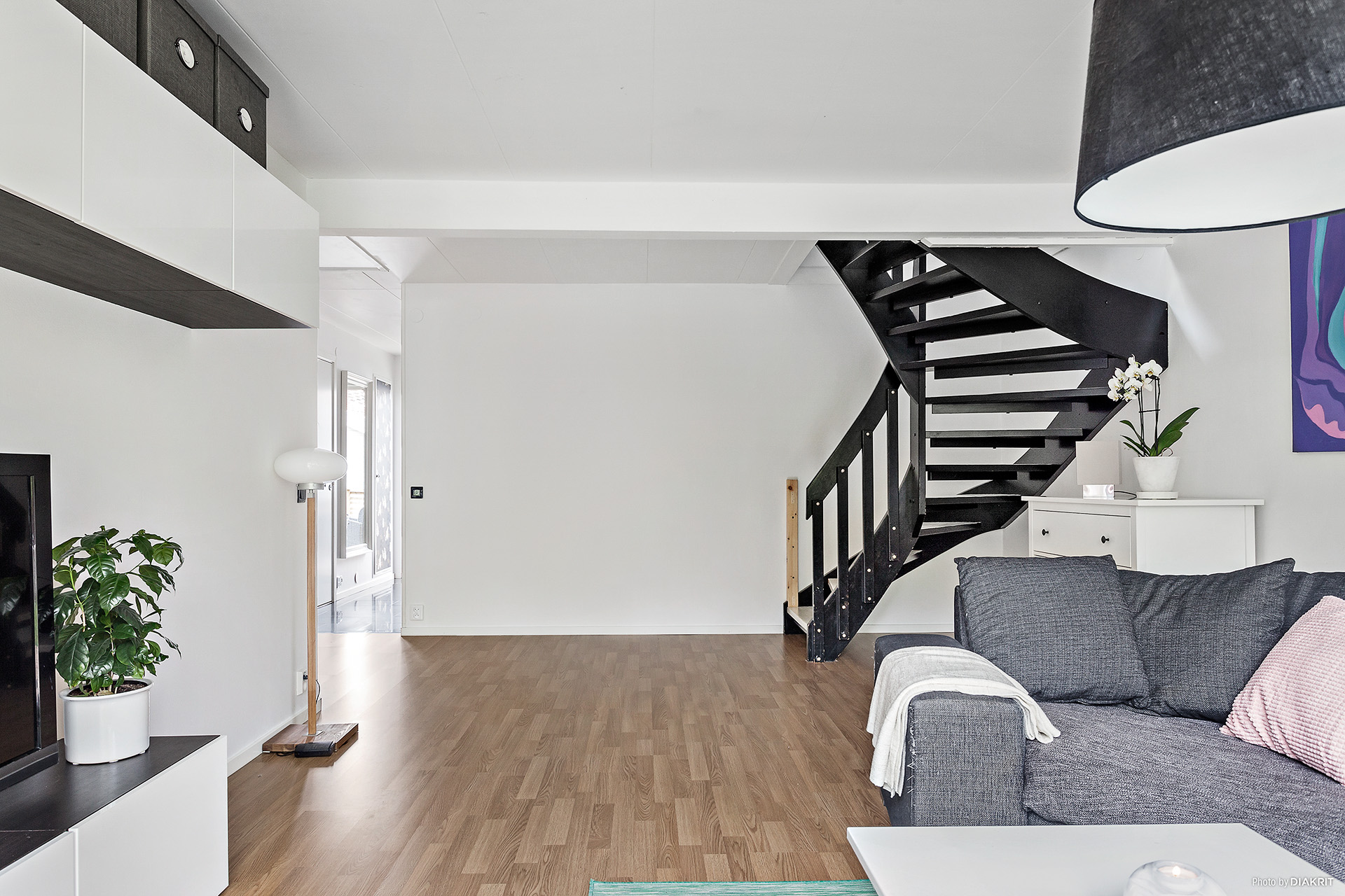 Vardagsrummet mot trappan till sovrummet på övre plan
